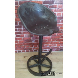 Industrial / Oldtimer / Loft Barhocker aus altes Traktorsitz / Schleppersitz / Sitzschale und altes Gusseisenrad