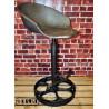 Industrial / Oldtimer / Loft Barhocker aus altem Traktorsitz / Schleppersitz / Sitzschale und altes Gusseisenrad – Klee
